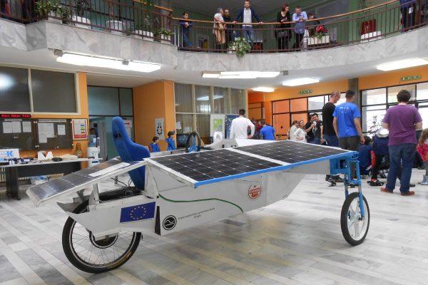 Eletrotehnička i prometna škola Osijek izložila je SOELA solarni električni automobil koji je potpuno ručno izrađen od aluminija, ima tri kotača, a za upravljanje se koristi letva volana od vozila 'Fiat Punto'.
