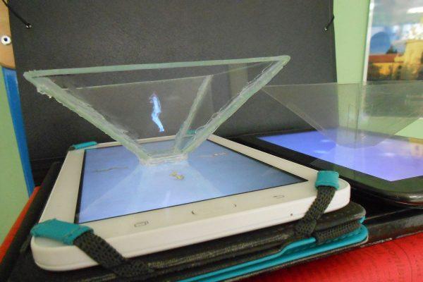 Gledate u piramidalni hologram koji je izradio Marko Vasiljević. Izlazi li jedan i iz vašeg tableta? Niti iz našeg, nažalost.